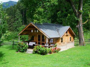 mały drewniany domek działkowy