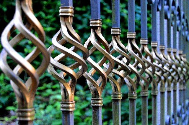 Czym charakteryzują się balustrady stalowe?